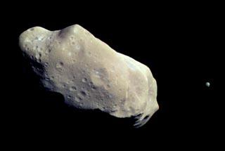 Asteroid Ida mit seinem Mini-Mond Dactyl (Foto NASA/JPL)