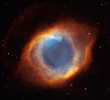 Planetarischer Nebel: Der Helix Nebel mit weißem Zwergstern in der Mitte (Foto NASA und Hubble Heritage Team)